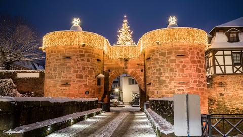 Das Jerusalemer Tor in Büdingen weihnachtlich.