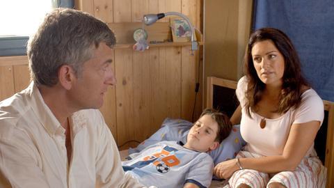 Eva Zacharias (Christine Neubauer) und der Arzt Dr. Kampwirth (Dominic Raacke) machen sich Sorgen um die Gesundheit von Evas Sohn Martin (Patrick Kostya).