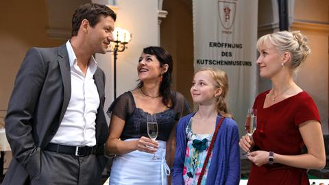 "Katharina (Eva Herzig, r.), Michael (Thomas Unger, l.), Birgit (Julia Cencig, 2.v.l.) und Lena (Kristina Yntema, 2.v.r.) bei der Eröffnung des ""Lipizzanerland Piber""."