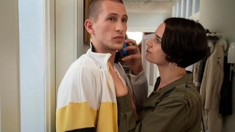 Angelina (Daniela Bette) ist stolz auf Nicos (Jannik Scharmweber) erfolgreiches Business, was dieser genießt. Wenn Angelina nur wüsste!