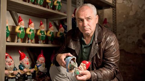 Mattern (Hansa Czypionka) findet heraus, dass Dennis Gartenzwerge mit Drogen befüllt sind.
