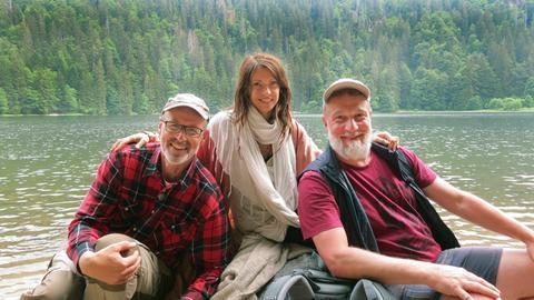 Am Ziel: Hinter dem Trio liegen zwei Tage Wandern, eine Nacht im Freien und viele faszinierende Erkenntnisse über die Geheimnisse des Waldes. V. li. Peter Wohlleben, Jana Pallaske und Marc Marshall am Feldsee im Schwarzwald.