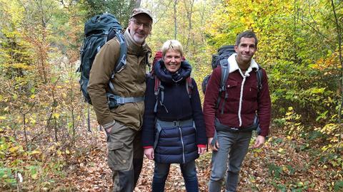 Wieder geht es zwei Tage durch den Wald, inklusive Übernachtung unter freiem Himmel. Peter Wohlleben, Cordula Stratmann und Micky Beisenherz.