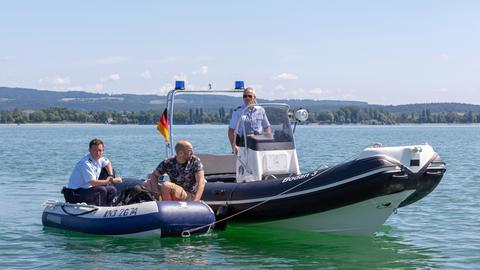 Pirmin Spitznagel (Simon Werdelis, l.) und Paul Schott (Tim Wilde, r.) entdecken auf Streife den Taucher Arno Gierke (Urs Jucker, M.), der ihnen gesteht, dass er sein Boot und seinen Tauchpartner vermisst.