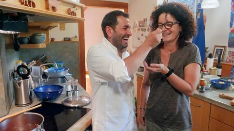 Profi-Koch Ali Güngörmüs lässt Claudia Hoffarth eine seiner Kreationen kosten.