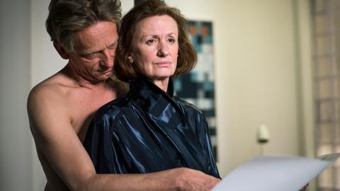 Anna (Irene Fischer) zwischen den Fronten: Als sie von ihrem Lover Wolf Lohmaier (Michael Müller-Reisinger) erfährt, dass ausgerechnet er hinter dem Kauf des Hofes der Lindenstraße Nr. 3 steckt, ist sie irritiert.