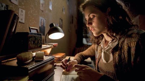Anne Frank (Mala Emde) mit ihrem Tagebuch.