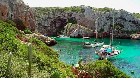 Blick auf die Bucht Cales Coves auf Menorca.