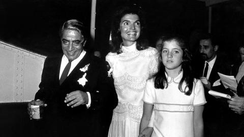 Aristoteles Onassis und Jackie Onassis mit Caroline Kennedy (1968 Hochzeit).