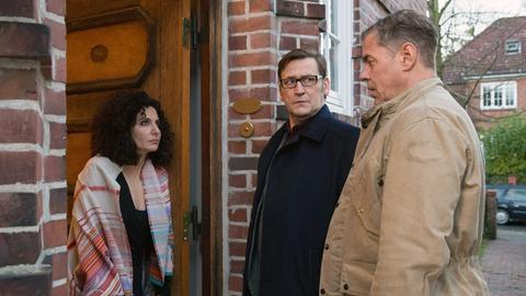Lars (Ingo Naujoks, M.) und Finn (Sven Martinek, r.) treffen auf eine, noch immer angetrunkene Dr. Zobel (Proschat Madani, l.), die sich an den Vorabend nur schemenhaft erinnern kann.