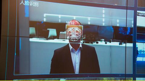 Bis 2030 will China führend sein in der Welt im Bereich künstliche Intelligenz. Das ganze Land wird ausgerüstet mit Kameras, die über Gesichtserkennung verfügen.
