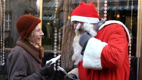 """Die einsame Lili (Rosemarie Fendel) erzählt dem """"Weihnachtsmann"""" (Michael Gwisdek) von ihren Weihnachtsträumen."""