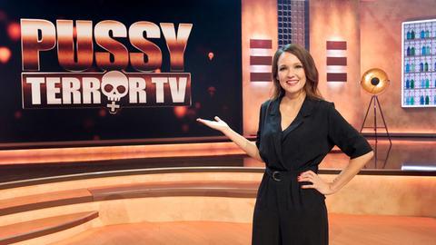 """Carolin Kebekus vor dem Logo """"PussyTerror TV"""""""