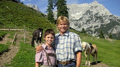 Fast wie Vater und Sohn: Hansi (Hansi Hinterseer) und der Waisenjunge Benni (Rafael Haider).
