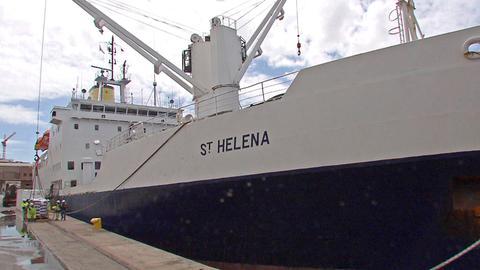 Das königlich-britische Postschiff RMS St. Helena ist die einzige Verbindung zur Außenwelt und fährt nur alle drei Wochen.