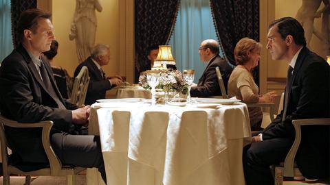 Peter (Liam Neeson, li.) verwickelt seinen Nebenbuhler Ralph (Antonio Banderas, re.) in ein teuflisches Spiel.