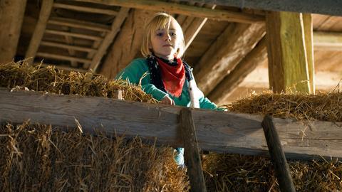 Nelly (Jule-Marleen Schuck) versteckt sich bei Grieshabers im Stall.