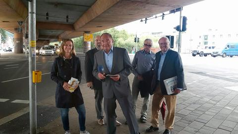 Holger Weinert (Mitte) mit Mitgliedern der Bürgerinitiative Stadtautobahn Marburg.