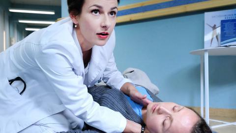 Dr. Maria Weber (Annett Renneberg, oben) hat bei Alma Bachmann (Monika Oschek) einen Tumor am Hörnerv gefunden, der für ihren Schwindel verantwortlich ist.