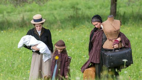 Katharina (Friederike Becht, li.) zieht mit ihrer kleinen Tochter Maria (Helena Schönfelder), ihrem Sohn und ihrer Mutter Christiane (Ursula Strauss) in die Künstlerkolonie auf dem Monte Verità.