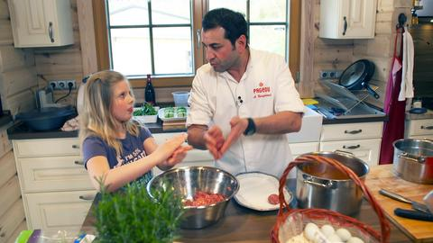 Sternekoch Ali Güngörmüskocht mit Anna Berbalk.