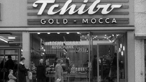 1955 eröffnet Max Herz die ersten Tchibofilialen.