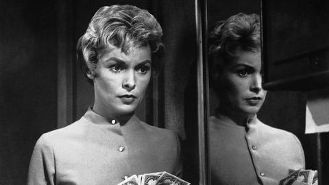 Die Sekretärin Marion Crane (Janet Leigh) hat Geld unterschlagen, bekommt jedoch ein schlechtes Gewissen und will es zurück bringen.