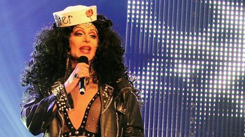 Die legendäre Jutta P. moderiert die Show.