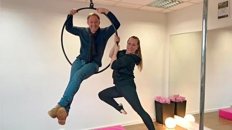 "Tobi Kämmerer mit Theresa Theves in ihrem Pole-Dance-Studio in Bad Homburg beim ""Aerial Hoop""."