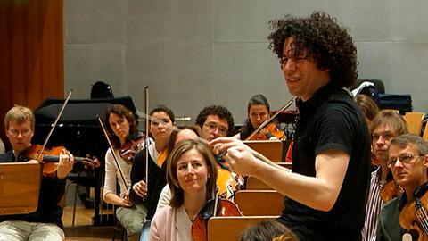 """Gustavo Dudamel mit dem Radio-Sinfonieorchester Stuttgart bei Proben zum """"Papstkonzert"""". Viel Zeit hatte Dudamel nicht, um mit dem RSO das Geburtstagskonzert für den Papst einzuüben."""