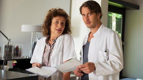 Schweren Herzens überlässt Fabian Lauber (David Rott) nach einer Schulterverletzung der Kollegin Janne Jarst (Anne Schäfer) die Vertretung seiner Praxis.