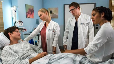 Julia (Mirka Pigulla, 2.v.l.), Elias (Stefan Ruppe, 2.v.r.) und Vivi (Jane Chirwa, r.) kommen zu der Erkenntnis, dass Bens (Philipp Danne, l.) Unfall auf Stress zurück zu führen ist.