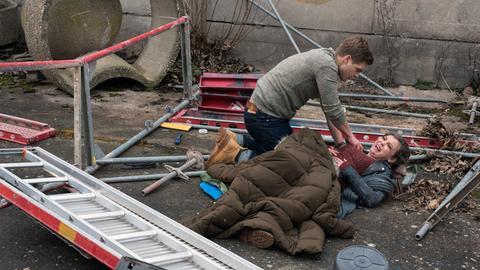 Mikko (Luan Gummich, l.) findet Jens' Schwester Kira (Amber Bongard, r.), lebensgefährlich verletzt! Er beginnt sofort mit der Notversorgung.