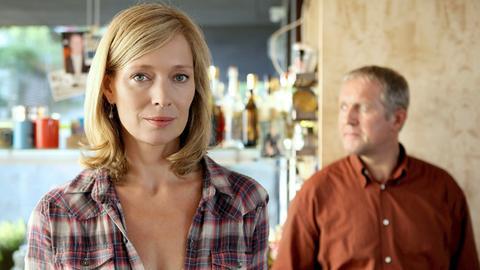 Paul Kemps (Harald Krassnitzer, r.) Frau Ella (Katja Weizenböck, l.) hat ein Verhältnis mit dem Nachbarn.