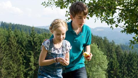 Paulina (Tabea Hug) und Pawel (Moritz Knapp) haben hinter einem Obstbaum einen Siebenschläfer gefunden.