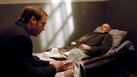 Thomas Welka (Johann von Bülow, li.) vertritt den pensionierten Postbeamten Scherer (Peter Fitz), der auf seine Weise eine alte Rechnung beglichen hat.