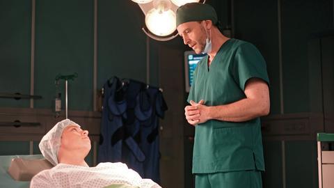 Luka Krause (Junis Marlon, li.) ist auf dem Weg einer Geschlechtsumwandlung. Doch bevor Dr. Hoffmann (Julian Wiegend, re.) ihm die Gebärmutter und die Eierstöcke entfernen kann, hat er eine Auffälligkeit an der Gebärmutter entdeckt. Die 2-jährige Hormontherapie, die Luka hinter sich hat, birgt ein erhöhtes Krebsrisiko. Nun muss er bangen.