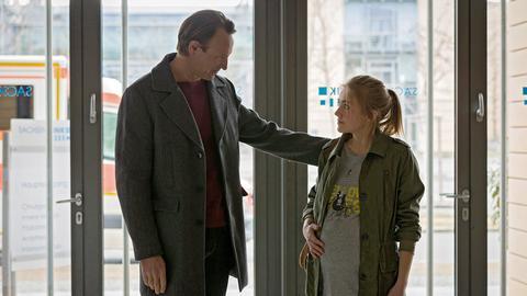 Dr. Martin Stein (Bernhard Bettermann) hat sich riesig gefreut, als plötzlich seine Tochter Marie (Jule Marleen Schuck) vor der Tür stand.