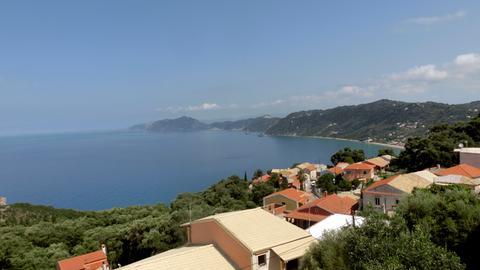 Blick auf Pentati, ein kleines traditionelles Bergdorf am Hang oberhalb des Strandes von Agios Gordis auf Korfu.