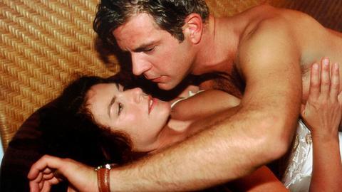 Annas (Christine Neubauer) Ex-Mann Peter (Florian Fitz) ist selbst bei der Liebe noch mit anderen Dingen beschäŠftigt.