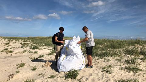 Plastik im Meer: Alle zwei Jahre sammeln freiwillige Helfer auf der menschenleeren Insel Mellum den aus dem Meer angespülten Plastikmüll ein. Bei der letzten Sammlung im September 2019 wurden 15 solcher großen weißen BigBags voll.