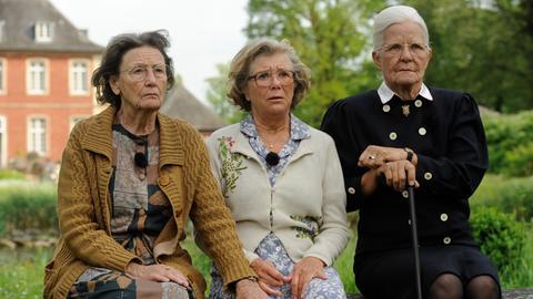 1994 - Zwei Studentinnen interviewen die Janssen-Schwestern Martha (Gertrud Roll, li.), Betty (Jutta Speidel) und Hiltrud (Hildegard Schmahl, re.).