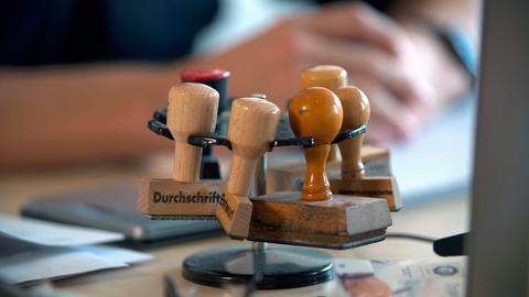 Das Image der 1,8 Millionen Beamte in Deutschland war bislang verstaubt und langweilig. Stimmt nicht mehr, erklärt der ARD Beamten-Report.