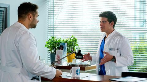 Dr. Matteo Moreau (Mike Adler, l.) zeigt Ben Ahlbeck (Philipp Danne, r.) deutlich, dass er von den Neuerungen nichts hält.