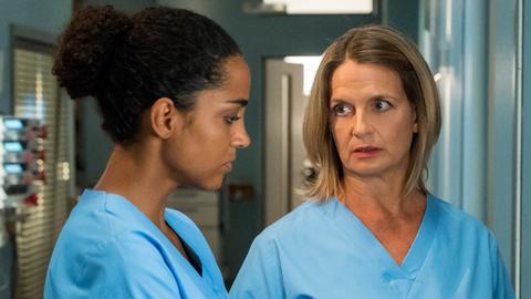 Franziska Ruhland (Gunda Ebert, r.) entgeht nicht, wie schwer es Emma (Elisa Agbaglah) fällt, den Willen ihres Patienten zu akzeptieren.