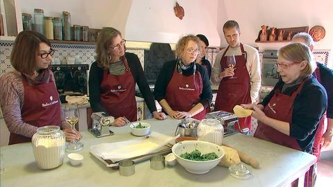 Italienisch kochen lernen in einer alten Klosterküche - das kann man im Weingut Badia a Coltibuono im Chianti.