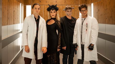 Die jungen Ärzte gehen zur nächtlichen Halloween-Party. V.l.n.r. Tom Zondek (Tilman Pörzgen), Julia Berger (Mirka Pigulla), Elias Bähr (Stefan Ruppe) und Ben Ahlbeck (Philipp Danne)