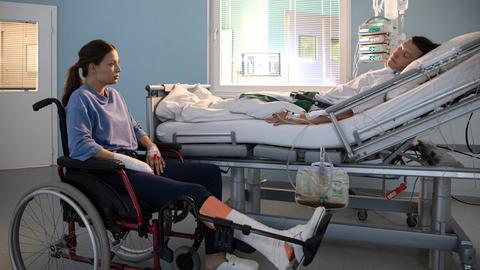 Hauke Friedrich (Oliver Konietzny) gesteht seiner Verlobten Nikki Schönau (Lena Meckel), dass er sich vor ein paar Jahren hat sterilisieren lassen. Nikki ist schockiert ... nicht, ob des Umstandes, sondern, weil Hauke sie belogen hat. Er weiß, wie sehr sie sich Kinder wünscht.