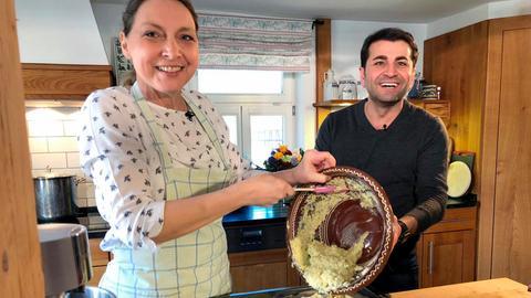 Sybille Krick und Ali Güngörmüs bei der Zubereitung des Vogelsberger Salzekuchens.