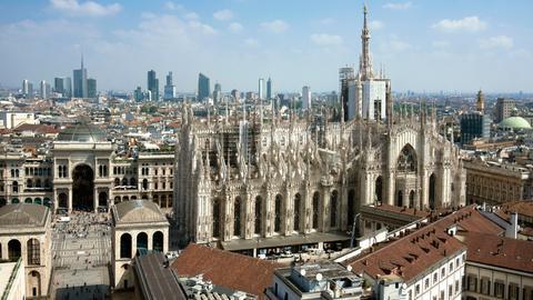 Blick von der Terrazza Martini in Mailand auf den Domplatz mit Dom und Galeria Vittorio Emanuele II.